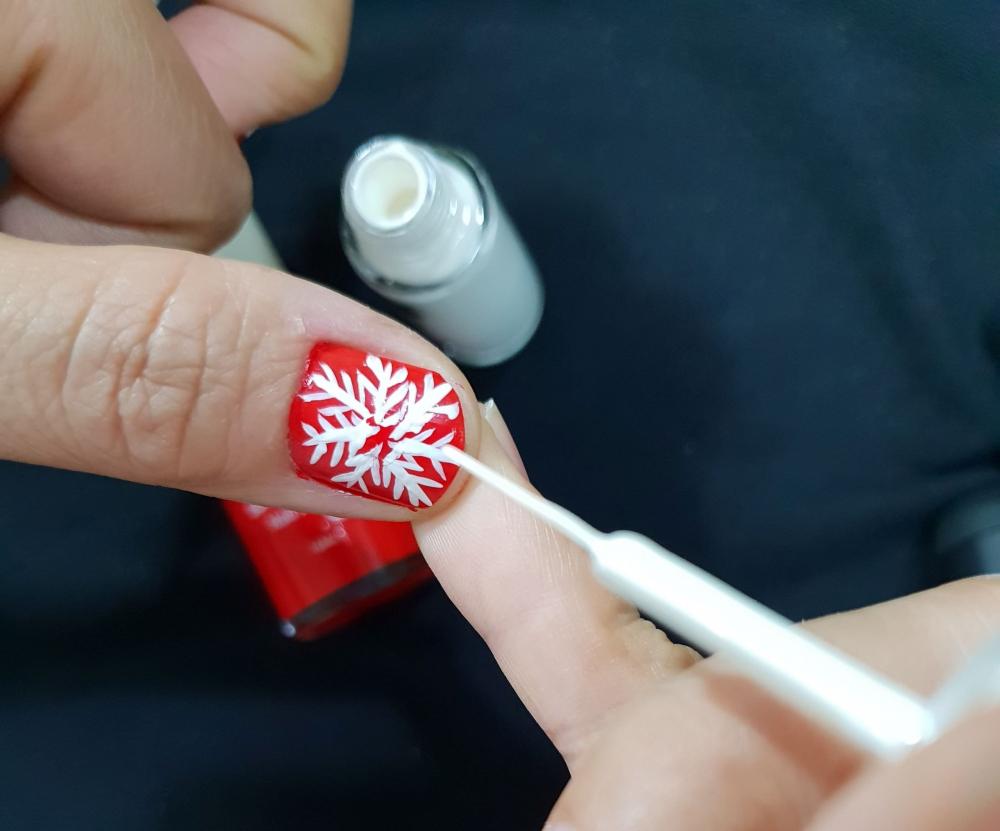 Họa tiết bông tuyết trắng rất dễ vẽ, ai cũng có thể thử tại nhà mà không cần tìm đến thợ nail chuyên nghiệp.
