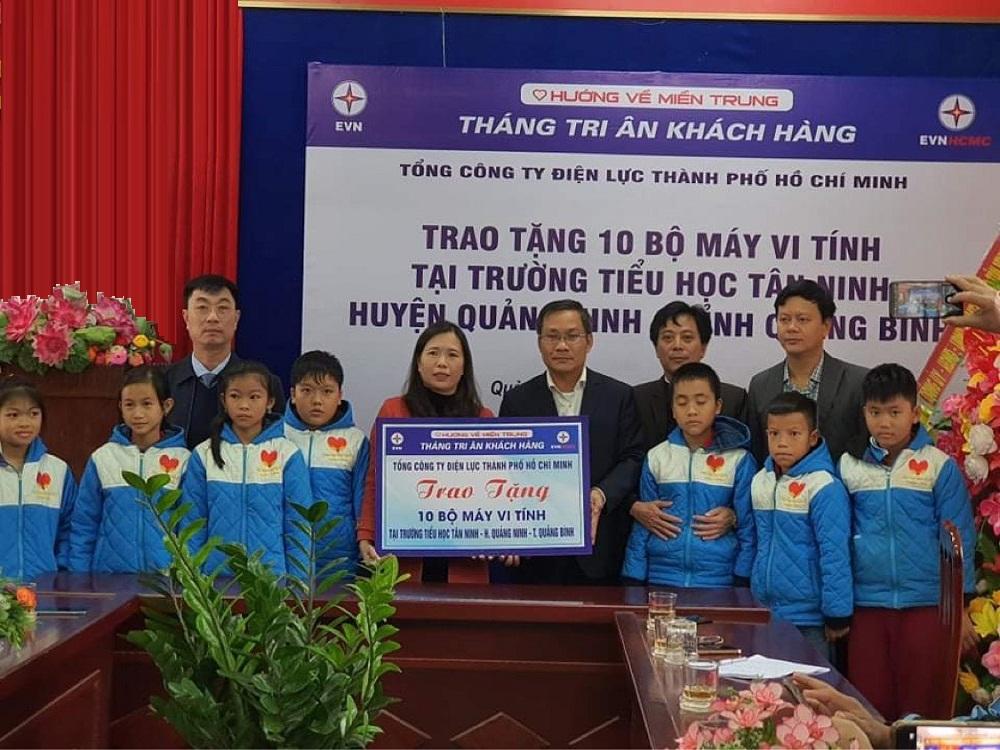 Đại diện Ban giám hiệu Trường tiểu học Tân Ninh đón nhận dàn máy vi tính do EVNHCMC hỗ trợ. Ảnh: EVNHCMC