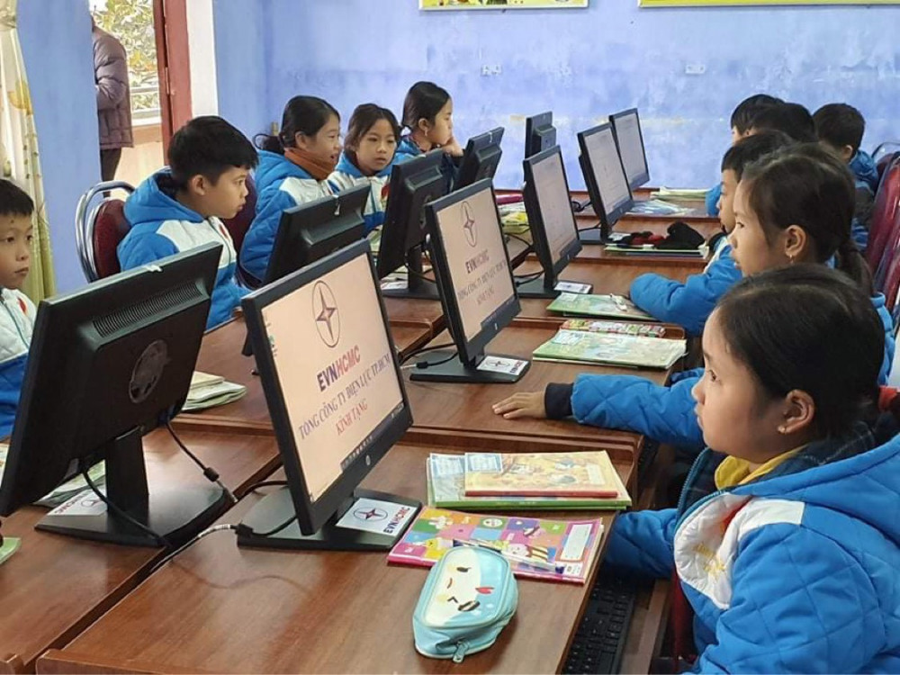 Các em học sinh thử thao tác thực hành trên máy mới. Ảnh: EVNHCMC