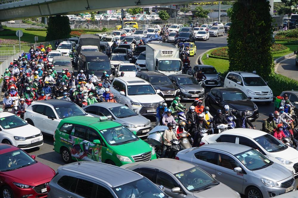 Giao thông tắc nghẽn cữa ngõ vào sân bay Tân Sơn Nhất vào dịp tết Nguyên đán 2020