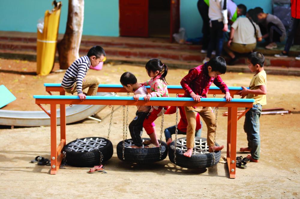 Những đứa trẻ ở xã Chiềng Ly, huyện Thuận Châu, tỉnh Sơn La thích thú với trò chơi mới mẻ