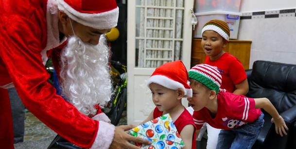 Đứa trẻ nào cũng ao ước được ông già Noel tặng quà dịp Giáng Sinh. Ảnh: Internet