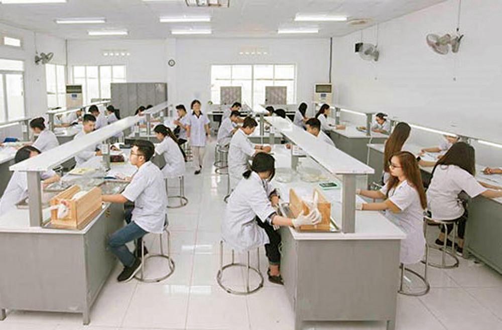 Sinh viên khối ngành sức khỏe Trường đại học Quốc tế Hồng Bàng trong giờ thực hành