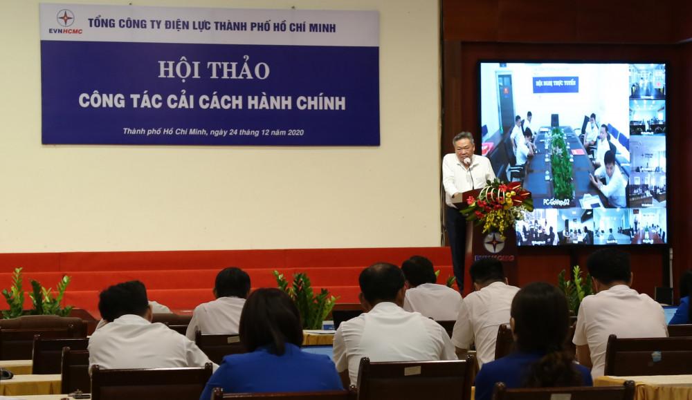 Ông Phạm Quốc Bảo - Bí thư Đảng ủy, Chủ tịch Hội đồng thành viên EVNHCMC chỉ đạo tiếp tục cải cách thủ tục, đem lại sự thuận lợi cho khách hàng. Ảnh EVNHCMC