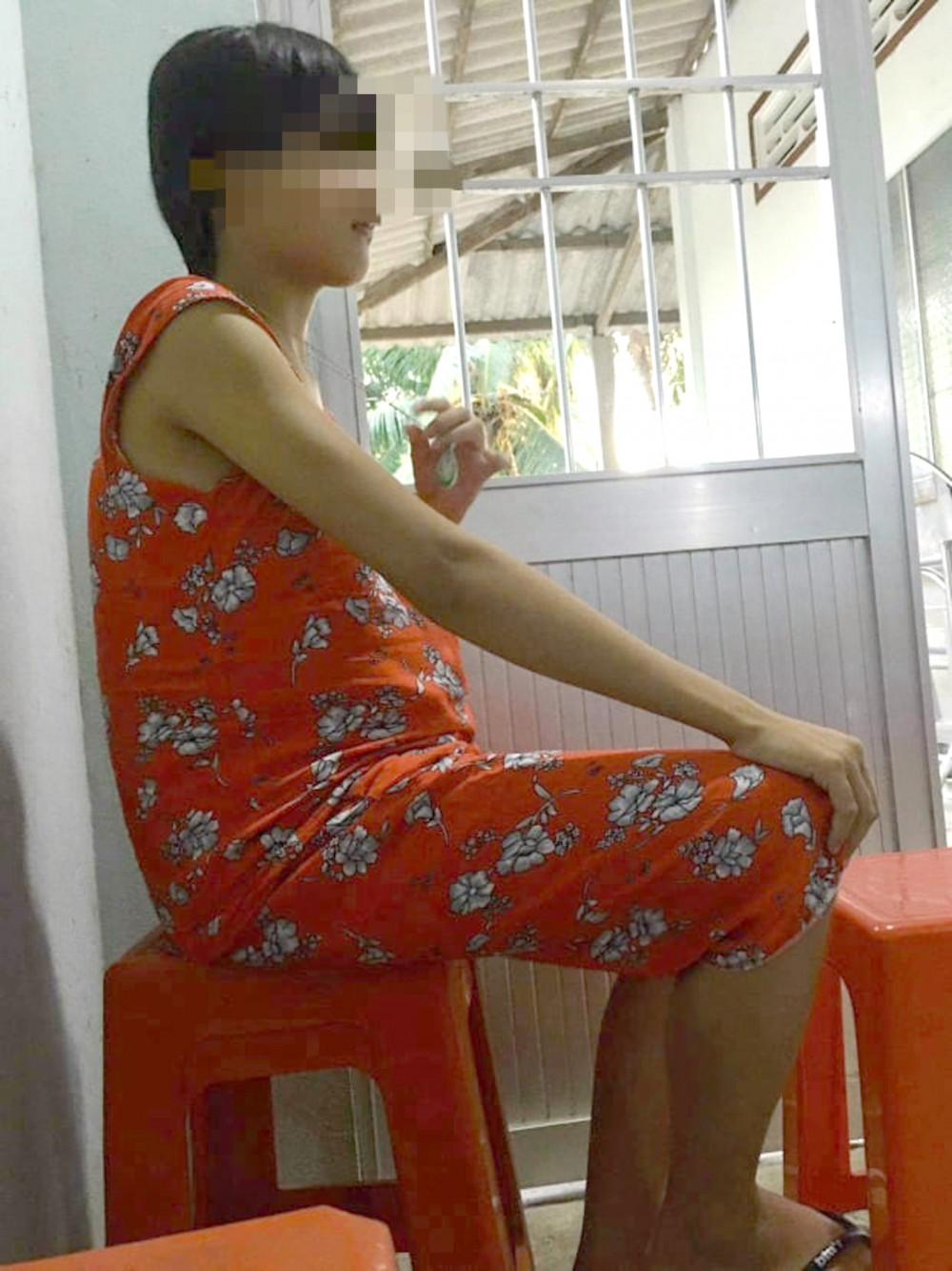 Người mẹ trẻ em K. thường ngồi tựa cửa,  tay lần theo sợi dây chuyền…