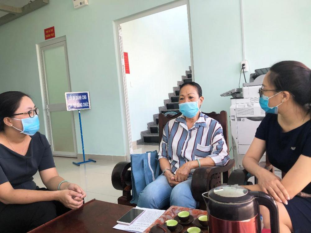 Cô Nhan (ngồi giữa) không lẻ loi trong cuộc chiến với căn bệnh ung thư hiểm nghèo