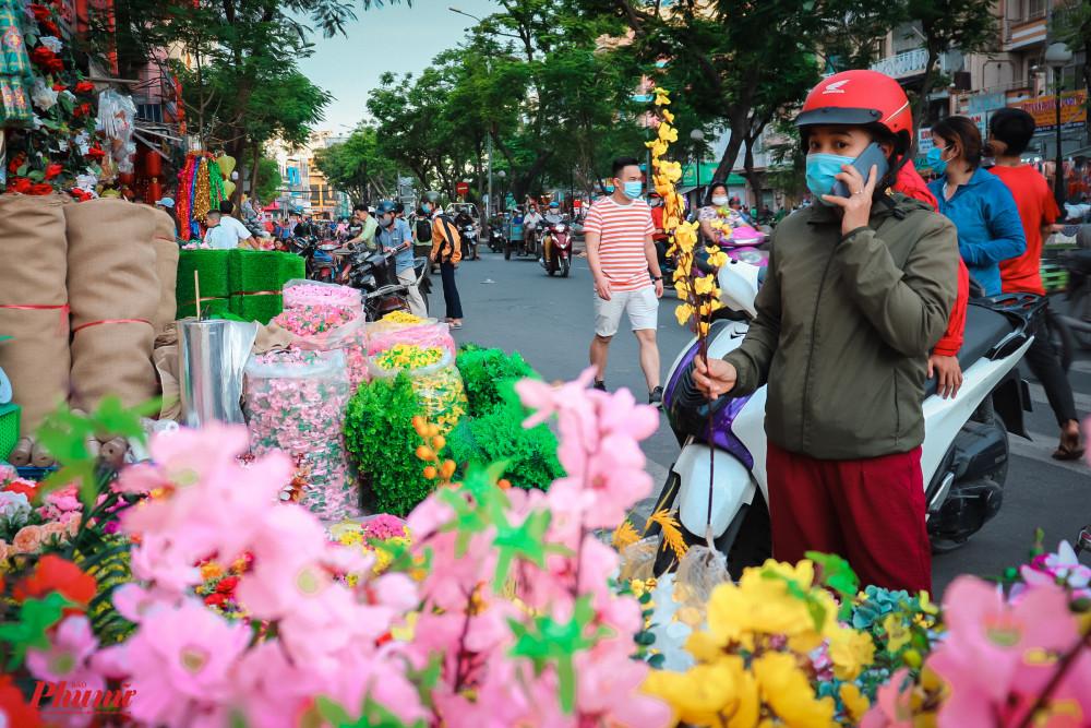 Người tiêu dùng cẩn trọng trong chi tiếu khi tình hình dịch bệnh vẫn còn ảnh hưởng nặng nề với kinh tế Việt Nam