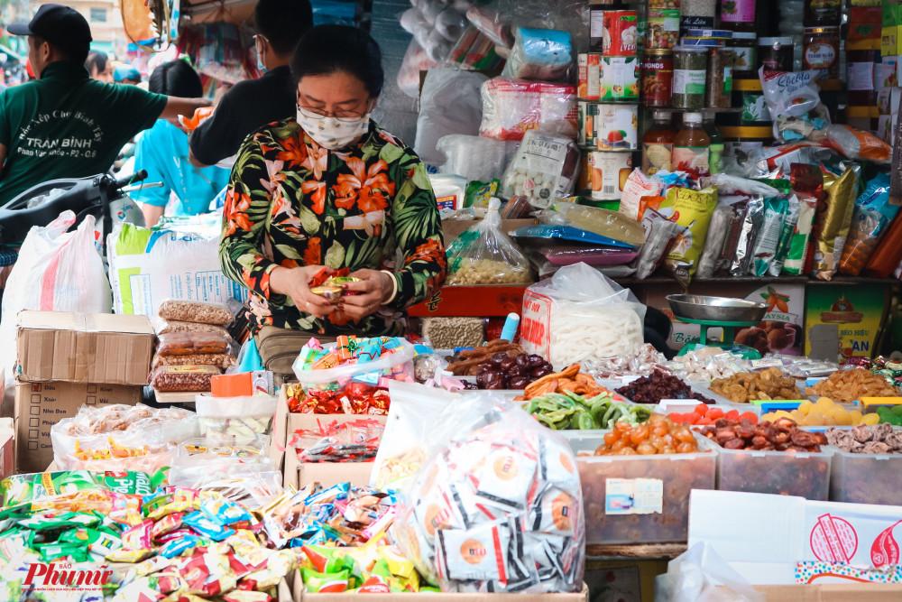 Cửa hàng bánh mức Tết đã tiến hành bày bán được nhiều ngày nay, nhưng số lượng khách đến mua ít hơn năm trước rất nhiều