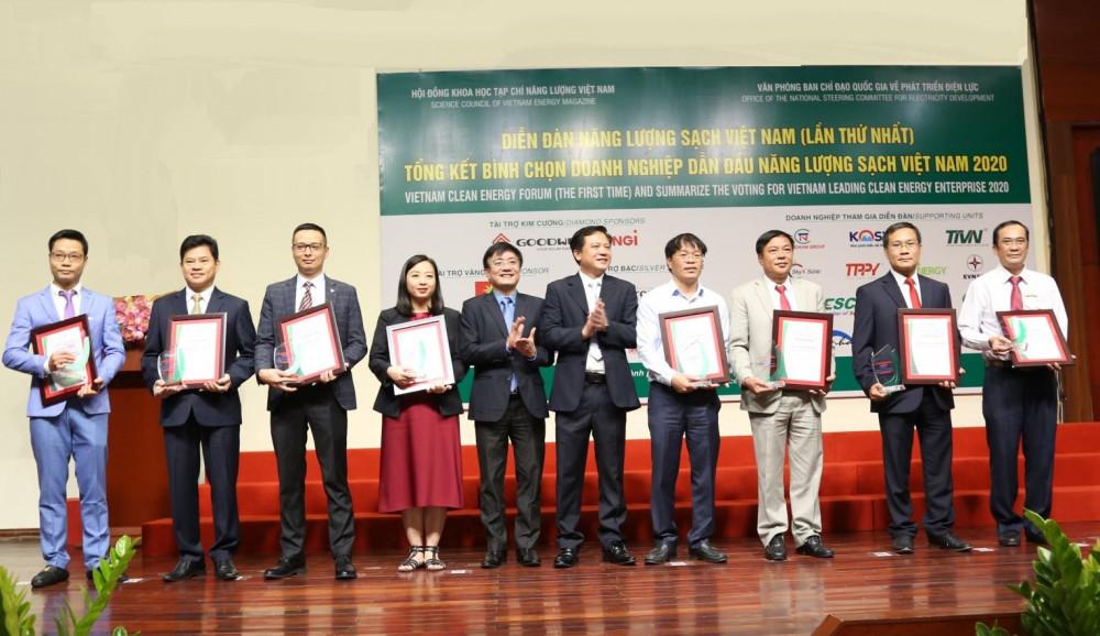 EVNHCMC được bình chọn Top 10 doanh nghiệp dẫn đầu năng lượng sạch Việt Nam năm 2020. Ông Bùi Trung Kiên, Phó Tổng giám đốc EVNHCMC (thứ 2 từ trái qua) nhận biểu trưng của chương trình. Ảnh: ENVHCMC cung cấp