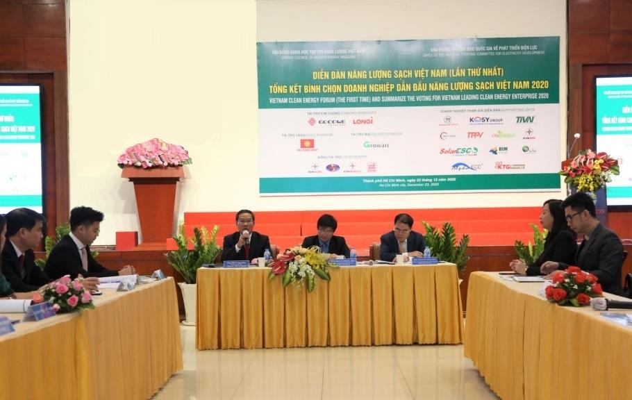 Chủ trì diễn đàn năng lượng sạch Việt Nam (từ trái qua phải) ông Bùi Trung Kiên - Phó tổng giám đốc EVNHCMC, ông Hoàng Trọng Hiếu - Văn phòng Ban chỉ đạo quốc gia về phát triển điện lực, ông Nguyễn Thái Sơn - Thường trực Hội đồng khoa học tạp chí Năng lượng Việt Nam. Ảnh: ENVHCMC cung cấp