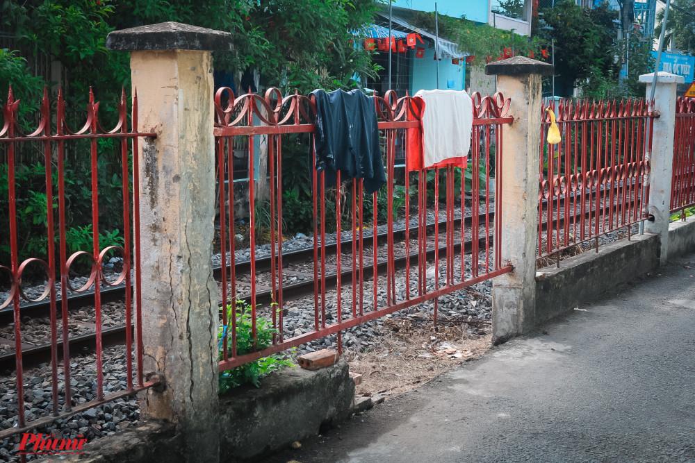 Hàng rào hành lang đường sắt được người dân làm nơi phơi đồ
