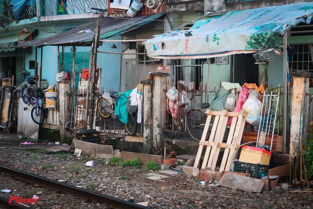 Bãi rác được treo lơ lửng trên hàng rào đường ray
