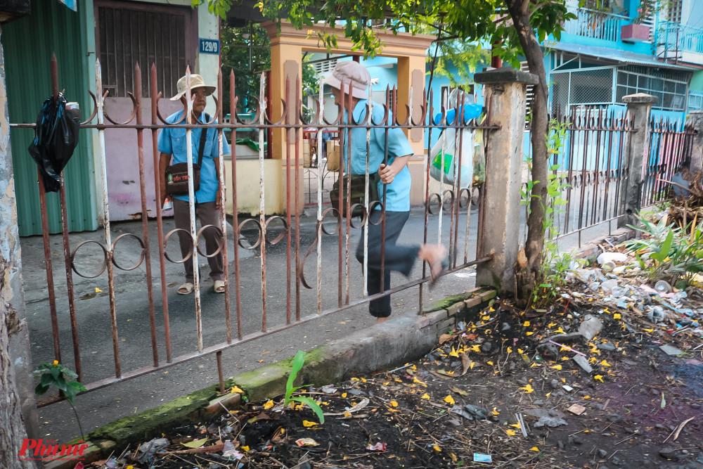 Lỗ hổng hàng rào, nơi nữ nạn nhân vừa tử nạn hôm 24/12, lại có nhiều người tiếp tục chui qua lỗ hổng này