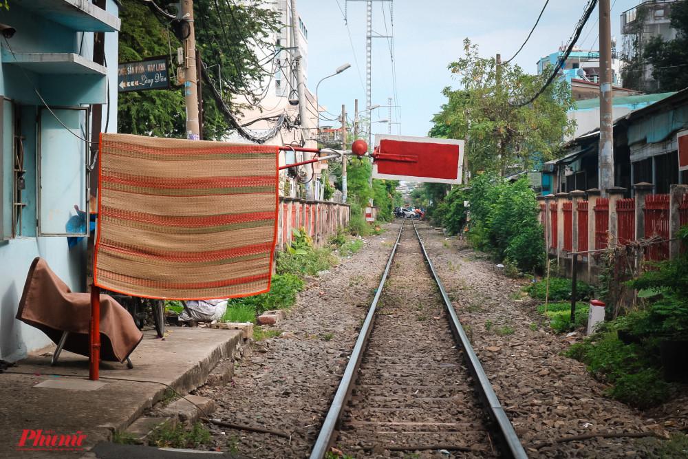 Diện tích nhà ở nhỏ, đông người là nguyên nhân khiến nhiều người dân lấn chiếm hành lang an toàn đường sắt