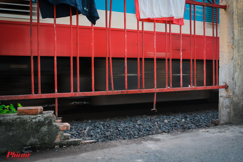 Nhiều mảng được bị hư hổng, gây mất an toàn đường ray