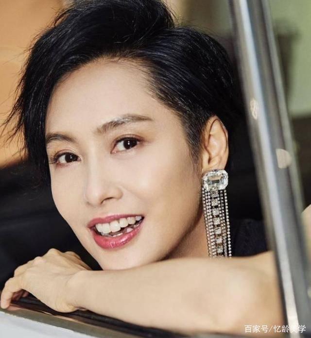 Bước sang tuổi 49 nhưng đương nét trên gương mặt Chu Ân không có nhiều thay đổi. Làn da trắng ngần, khí chất điềm tĩnh và thanh tao giúp cô nàng luôn nổi bật trong các sự kiện.