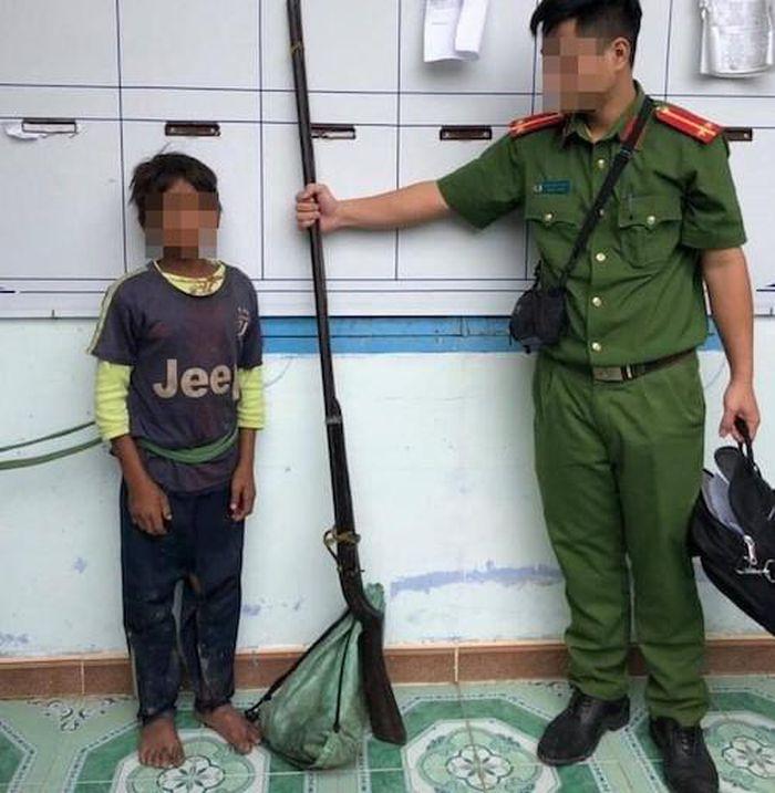 Chiều cao của thủ phạm còn thấp hơn cây súng gây án