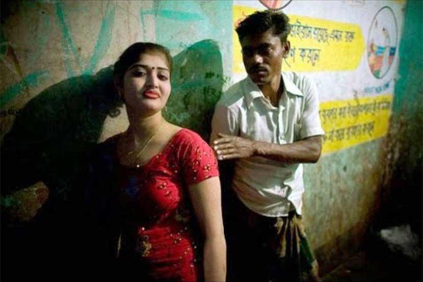Tình trạng ế ẩm do COVID-19 gây ra khiến gái bán hoa ở Ấn Độ phải chập nhận rủi ro khi phục vụ bất cứ khách hàng nào có nhu cầu - Ảnh: Indian Spectator