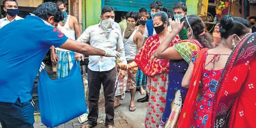 Lao động phổ thông, công nhân, tài xế xe tải,... là những khách hàng thường xuyên của các cô gái bán hoa ở thành phố Delhi (Ấn Độ) - Ảnh: