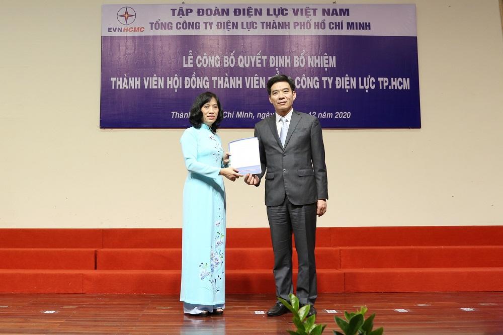 Ông Nguyễn Hữu Tuấn, Phó bí thư thường trực Đảng ủy EVN trao quyết định bổ nhiệm và tặng hoa chúc mừng. Ảnh: EVNHCMC cung cấp