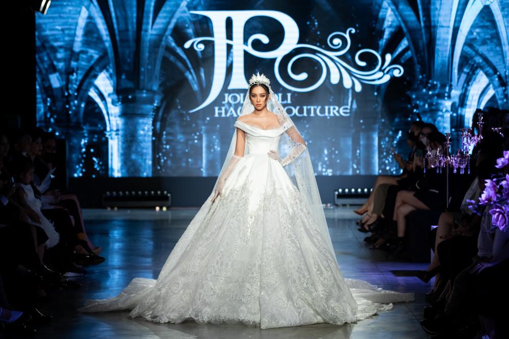 Hoa hậu Trần Tiểu Vy kiêu kỳ với mẫu váy cưới sang trọng nằm trong bộ sưu tập The Glory of Her của nhà thiết kế Phạm Đăng Anh Thư. Khuôn mặt đậm chất Tây phương cùng thần sắc rạng ngời của người đẹp cuốn hút khán giả.
