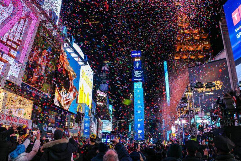Quảng trường thời đại ngập trong hoa giấy vào dịp năm mới