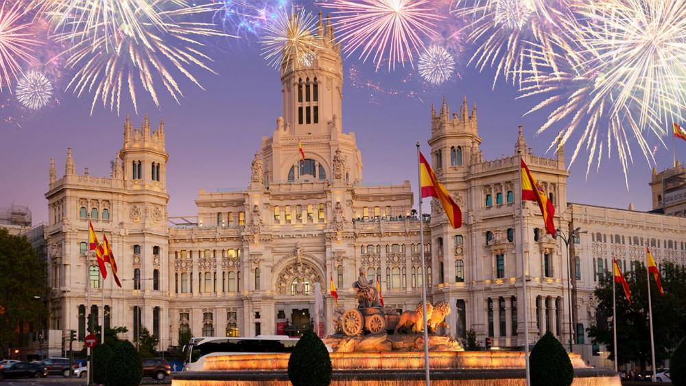 Đài phun nước Cibeles và Cung điện Trung tâm Truyền thông, Văn hóa và Quyền công dân ở Quảng trường Cibeles của Madrid trong ánh pháo hoa