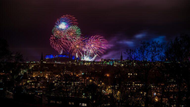 Pháo hoa tỏa sáng trên bầu trời Edinburgh