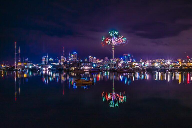Pháo hoa bắn ra từ tháp SkyTower ở Auckland
