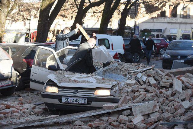 Những chiếc ô tô đậu trên đường bị hư hại nghiêm trong do các mảnh vỡ rơi xuống.
