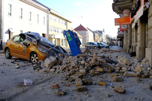 nhiều toà nhà đã sập hoàn toàn, một phần các bức tường bị phá huỷ.