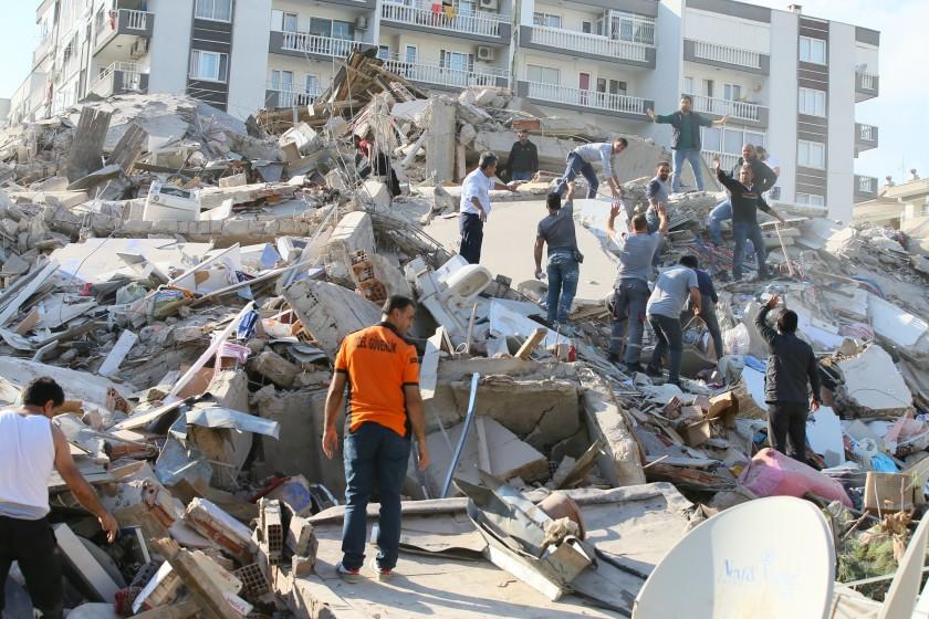 Lực lượng cứu hộ khẩn trương tìm kiếm các nạn nhân còn sống sót.