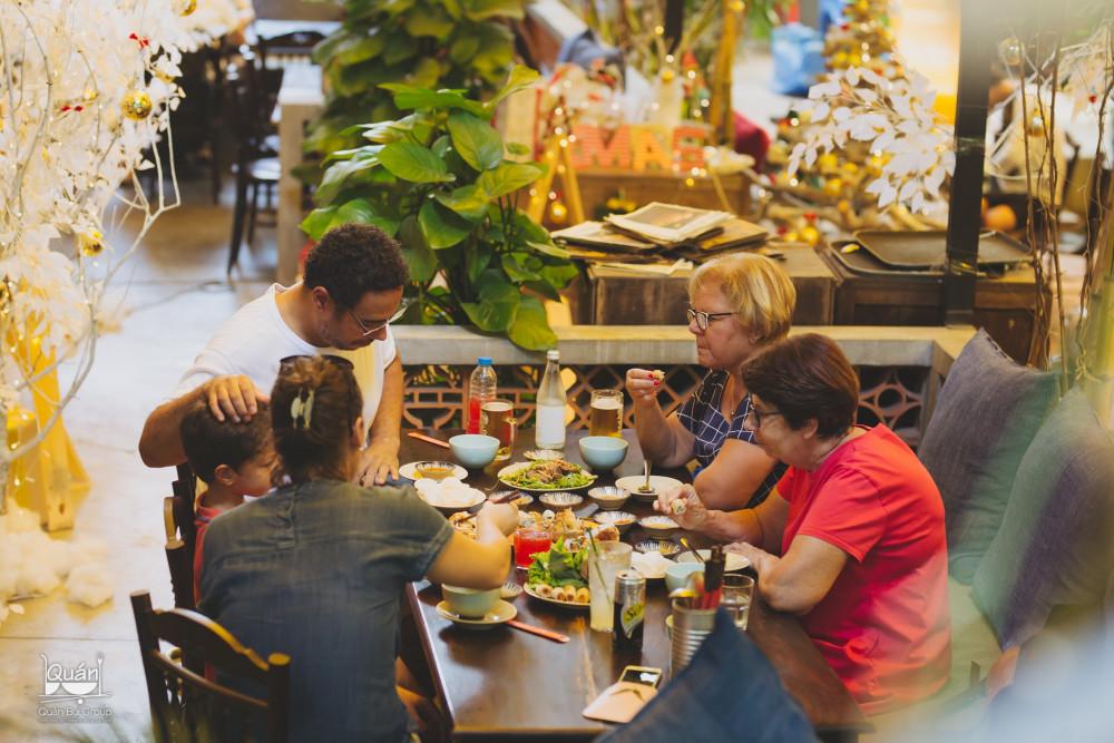 - Quán Bụi đầu tiên ra đời năm 2011 - thời điểm phong cách ẩm thực phương Tây cùng làn sóng fastfood (thức ăn nhanh) bùng nổ tại Việt Nam. Nhiều thương hiệu F&B nổi tiếng gia nhập thị trường. Kinh tế phát triển mở ra cơ hội cho nhiều nhà đầu tư nước ngoài, trong đó có làn sóng Việt kiều trở về nước lập nghiệp. Tôi nhận thấy đó là cơ hội đầu tư vào mô hình nhà hàng theo phong cách ẩm thực truyền thống. Người nước ngoài khi tới Việt Nam sẽ tìm đến và những thực khách xa quê khi về Việt Nam vẫn tìm được các món ăn gắn với ký ức và kỷ niệm.