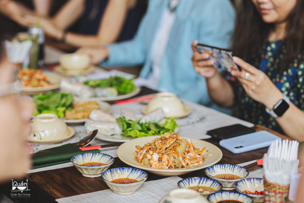 Đối với tôi, dù cuộc sống có hiện đại đến mức nào thì món ăn Việt vẫn mang giá trị và ý nghĩa đặc biệt. Nó gắn với tuổi thơ và những kỷ niệm quen thuộc trong mỗi con người. Tuy nhiên, nhịp sống hiện đại khiến nhiều người không đủ thời gian chuẩn bị bữa ăn đủ chất, trong khi thức ăn nhanh dù tiện lợi nhưng về giá trị dinh dưỡng vẫn không thể sánh bằng đồ ăn Việt. Đây cũng là động lực thôi thúc tôi phát triển Quán Bụi, mang đến những bữa ăn truyền thống, mộc mạc giữa lòng Sài Gòn., trần danh, 6 quán