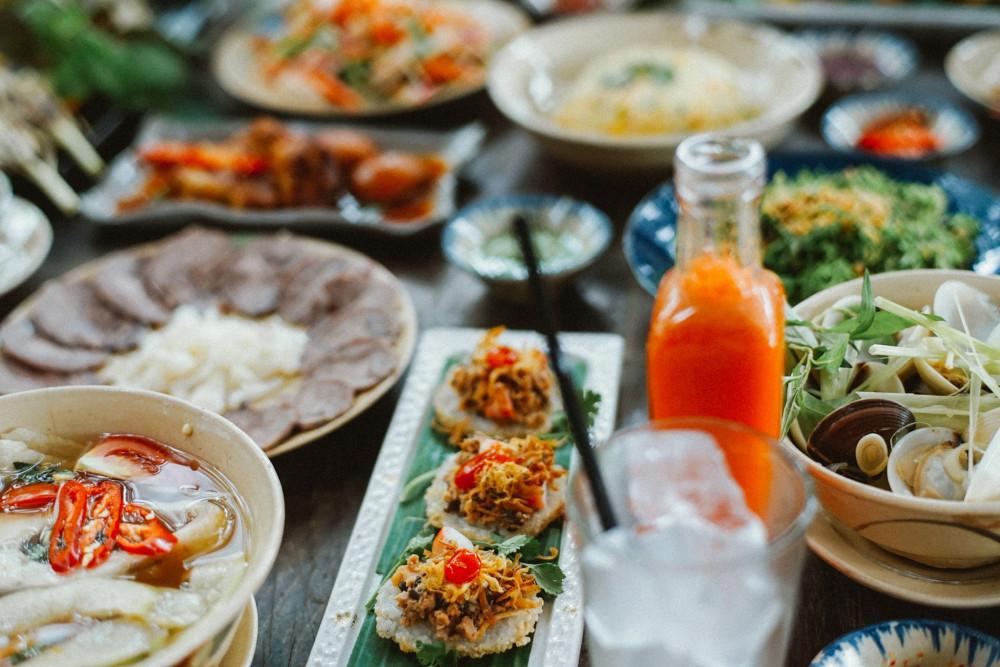 """Không chỉ vậy, Secret Garden - Home-Cooked Vietnamese Restaurant & Tea House tự tin sẽ mang đến cho các bạn những món ăn vô cùng hấp dẫn. Đâu cần phải sơn hào hải vị, đâu cần phải thưởng thức những hương vị """"bát trân"""" quý giá! Chỉ cần cơm dưa, cà muối cùng những món canh rau, cá kho mang đậm hương vị """"cơm nhà"""" đã đủ để mãn nguyện, đủ để quên đi sự hối hả nơi thành thị này rồi đúng không nào? Có thể nói, Secret Garden là cái tên mà khiến cho bạn cảm nhận được trọn vẹn những phút giây ý nghĩa trong cuộc sống đầy rẫy cam go này đấy!"""
