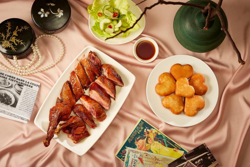 Thưởng thức các món xào, nấu, kho,… và ăn kèm với cơm niêu dẻo thơm. Mình tin rằng rất nhiều bạn đang muốn thưởng thức những món ăn truyền thống tuyệt vời này đấy.  Để thưởng thức món cơm siêu Sài Gòn tại địa chỉ này. Các bạn hãy đến Tú Xương – quận 3 – Sài Gòn nhé. Nếu bạn ghé quán vào giờ cao điểm thì việc chờ đợi món lâu là điều không thể tránh khỏi rồi. Do đó, hãy sắp xếp thời gian để đi sớm một chút và thưởng thức được lâu hơn nhé!