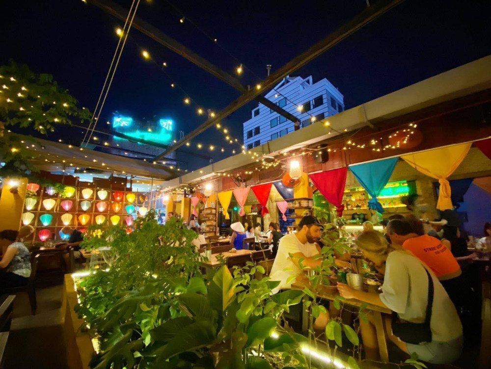 Nếu như hơi thở quê nhà luôn làm bạn nhớ nhung biết bao ngày qua, nếu như bạn thèm khát những món ăn ngon như chính tay mẹ nấu, nếu như bạn đã quá mệt mỏi với những muộn phiền bắt nguồn từ cuộc sống thường nhật và bạn luôn kiếm tìm một chốn bình yên để nương tựa nơi suy nghĩ, thì Secret Garden - Home-Cooked Vietnamese Restaurant & Tea House là một cái tên vô cùng lý tưởng dành cho bạn đấy! Nơi mang trọn nét hồn quê yên bình và sở hữu những hương vị đậm đà của các món ăn đạm bạc giữa lòng Sài thành, chắc chắn sẽ chiếm trọn tình yêu của bạn ngay từ lần đầu tiên đến đây.