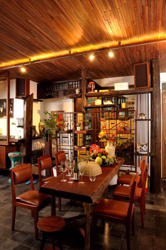 Cuc gạch quán TEAM NHAUHOLIC: Không gian quán gồm cây cảnh, chậu hoa, bồn nước, được thiết kế tạo cảm giác yên bình. Từ mâm cơm, lồng bàn, bát đũa đến bàn ghế, mọi thứ khiến khách như trở về ngày xưa cũ. Cơm nhà 5 đứa mình ăn khá no, gồm đậu hũ trứng chiên sả, thịt ba rọi chiên giòn kèm dưa chua, rau thiên lý xào tỏi, gỏi gà lá cóc, đọt su xào thịt bò, canh sườn, bánh canh cá nấu chua và cơm gạo lức huyết rồng.