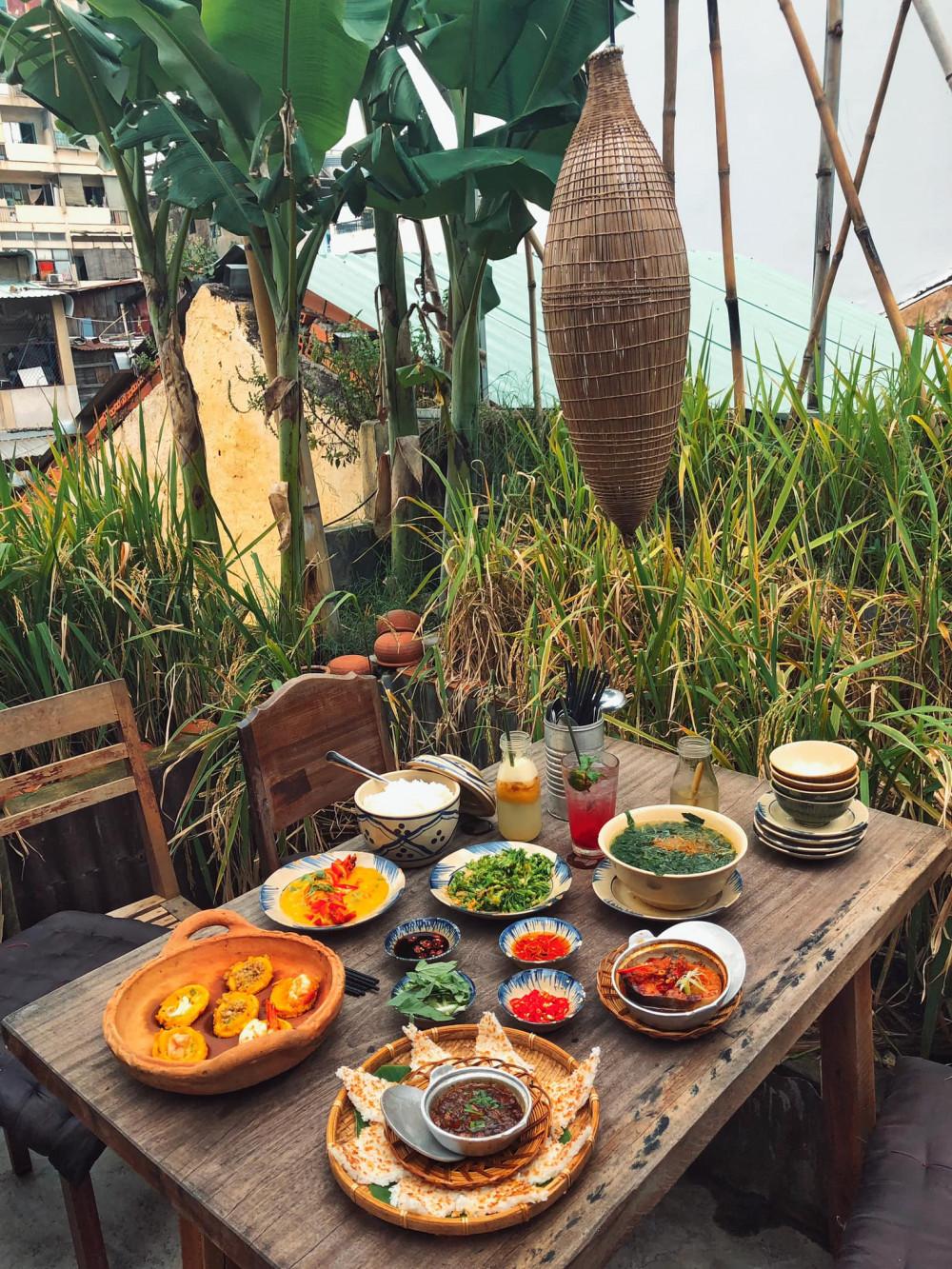4. Rice Field Địa chỉ: 75 Hồ Tùng Mậu, Bến Nghé, Quận 1, Hồ Chí Minh Nằm ngay trên con đường sầm uất của thành thị, Rice Field khiến cho bạn không khó để tìm kiếm. Nhà hàng nép mình trong sự hoài cổ của làng quê lúa nước, đậm chất truyền thống Việt Nam.  Với không khí được thiết kế theo phong cách mộc mạc và ấm cúng. Các món ăn có giá không quá đắt so với các nhà hàng khác. Hơn nữa, đồ ăn nơi đây cũng rất phong phú, được chế biến tỉ mỉ và trình bày vô cùng đẹp mắt.