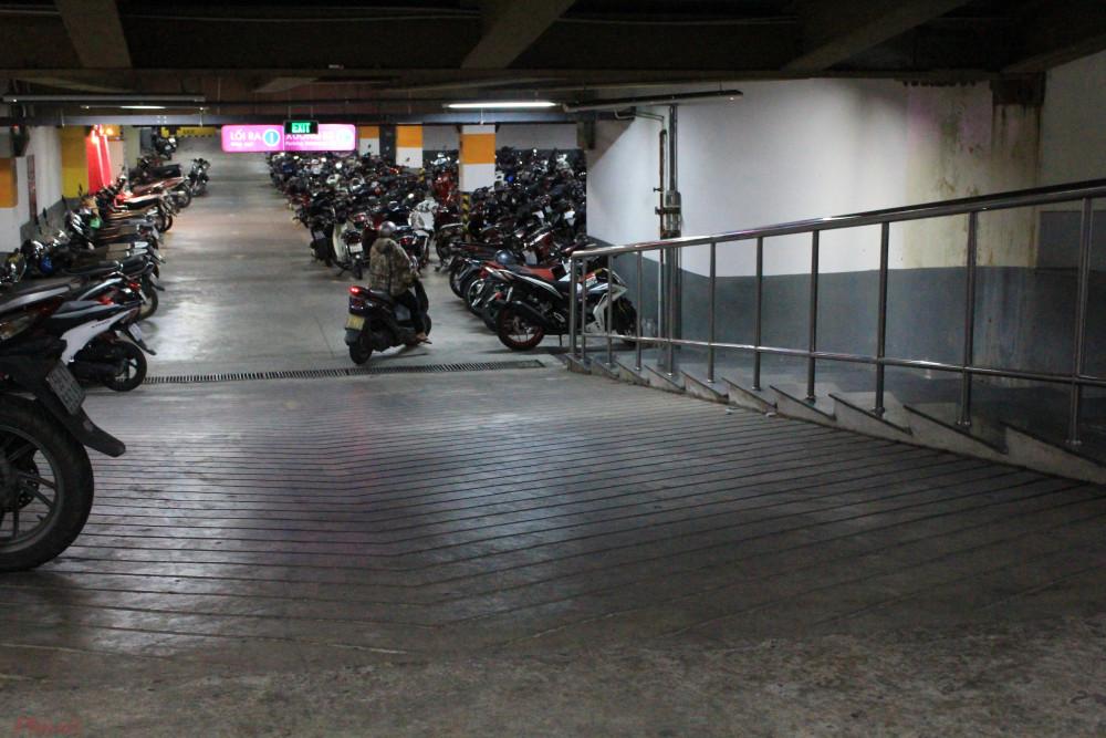 Nhiều bãi đậu xe ngầm được xây dựng để phục vụ cho nhu cầu của người dân. (Ảnh: Lâm Ngọc)