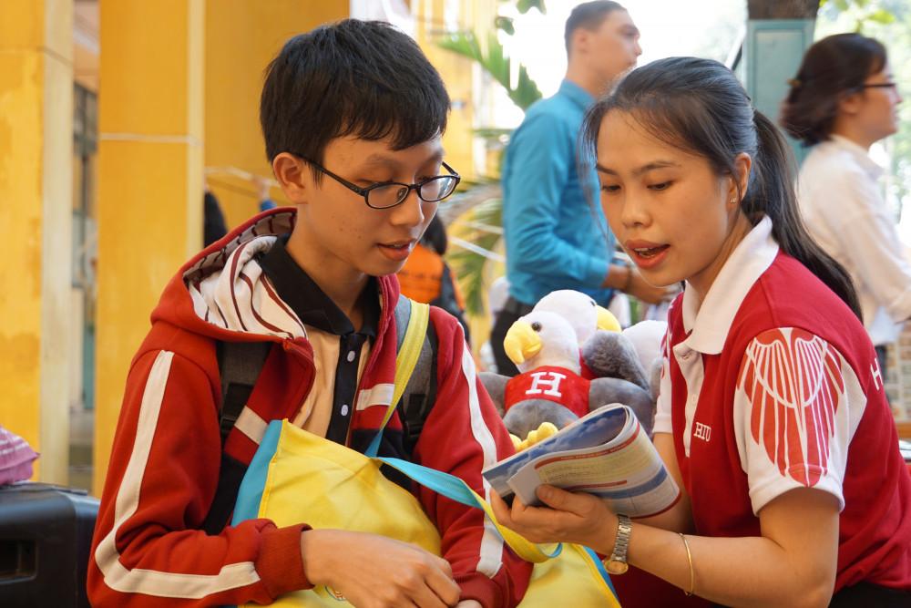 Học sinh THPT tại TP.HCM đang tìm hiểu ngành nghề tại Trường ĐH Quốc tế Hồng Bàng