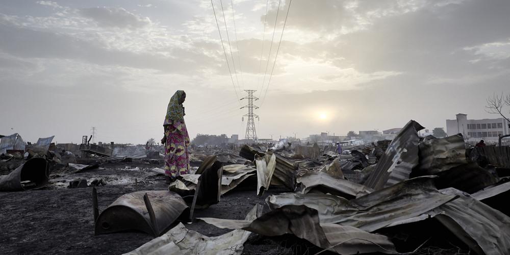 Một phụ nữ Fulani quan sát sự tàn phá do hỏa hoạn tại khu trại dành cho những người phải di tản ở Bamako, Mali, vào ngày 28/4