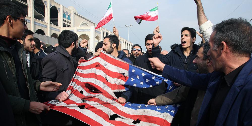 Người Iran xé cờ Mỹ trong cuộc biểu tình ở Tehran vào ngày 3/1, sau khi chỉ huy quân đội Iran Qassem Suleimani bị giết trong một cuộc tấn công của Mỹ