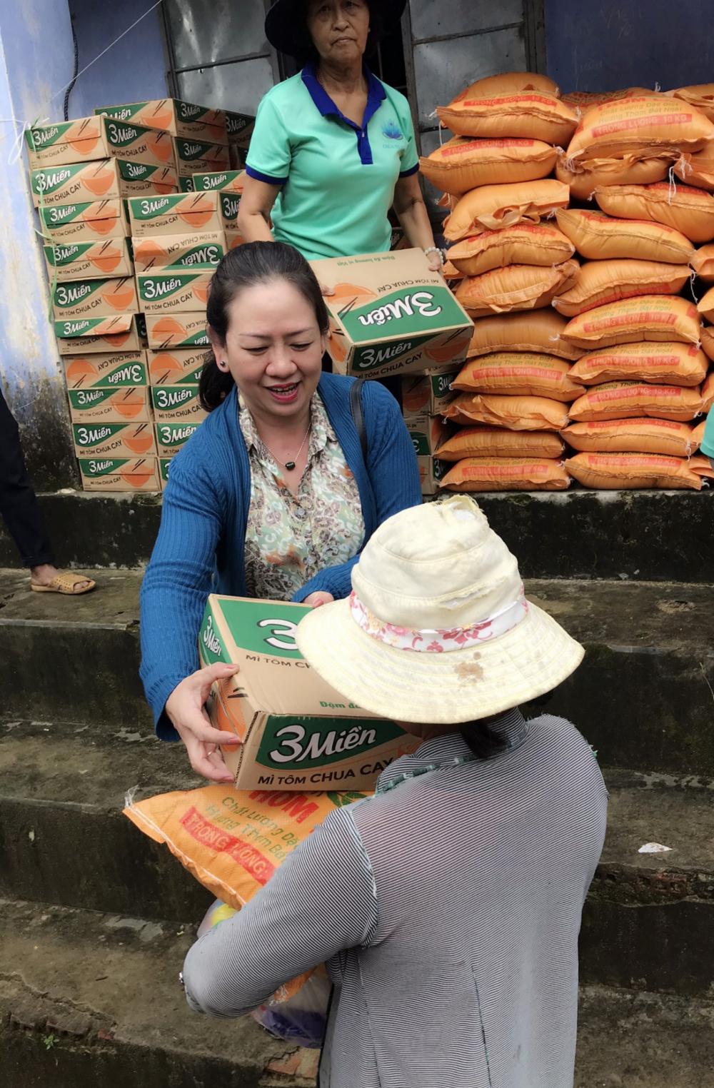 KHông chỉ chăm lo người dân trong quận, Hội LHPN các cấp tại quận 8 còn nhiều hoạt động Trao yêu thương hướng đến đồng bào vùng khó khăn, ảnh hưởng bởi thiên tại.