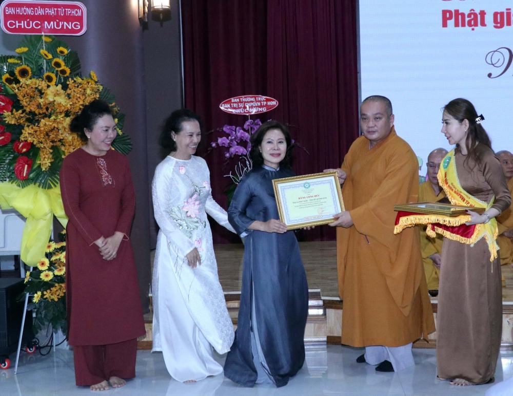 Tuyên dương công đức cho Phật tử có nhiều đóng góp cho công tác văn hóa Phật giáo trong năm qua.