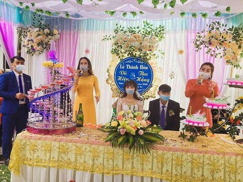 Hình ảnh đăng tải trên mạng xã hội, nhiều người đều bày tỏ sự thán phúc trước việc cẩn thận và ý thức phòng dịch Covid 19 của cặp đôi trẻ cùng mọi người trong đám cưới.