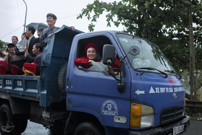 Họ nhà trai phải dùng xe ben có gầm cao để đi rước dâu để tránh ngập lụt.