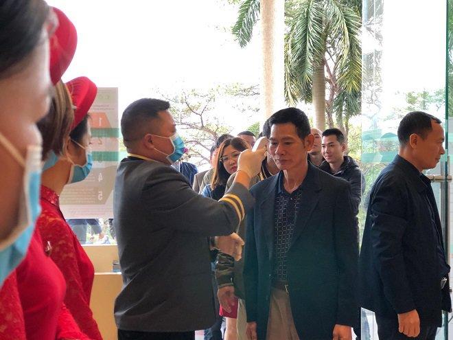 Đám cưới được tổ chức ở Hạ Long (Quảng Ninh), các khách mời đều được kiểm tra thân nhiệt trước khi vào dự tiệc