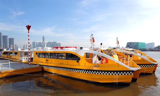 """Xe buýt sông Sài Gòn được đưa vào hoạt động từ giữa năm 2017 nhằm phục vụ nhu cầu đi lại của bà con. Tuy nhiên nó lại vô tình trở thành điểm để trải nghiệm, du lịch cuối tuần """"cho biết"""" của rất nhiều bạn trẻ hoặc khách du lịch từ các nơi đến. Trong 2 ngày này sẽ có thêm các chuyến tàu bổ sung để đáp ứng lượng du khách tăng vọt. Còn thường ngày, người dùng tuyến xe buýt sông này để đi lại đa phần là người dân địa phương và là người lớn tuổi."""