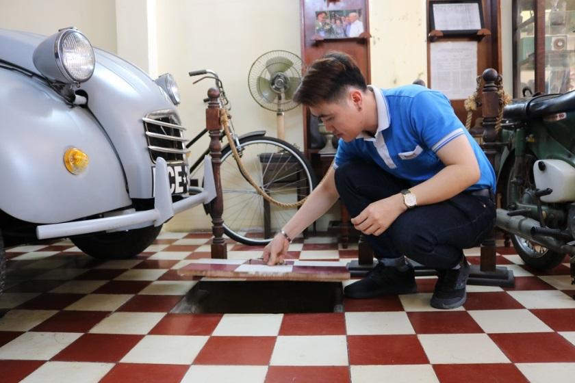 Sau khi dùng điểm tâm và thưởng thức cà phê, Quý khách tham quan Bảo tàng Biệt động Sài Gòn, xem những đoạn phim tư liệu quý giá và được giới thiệu chung về các hiện vật, các di tích gắn liền với hoạt động của lực lượng Biệt động thành xưa.               8h30 - 9h: Quý khách sẽ được di chuyển trên những chiếc xe máy cổ (Honda 67, Honda Dame) để đến thăm Di tích hộp thư bí mật và hầm nổi của Biệt động Sài Gòn (113A  Đặng Dung Q.1)  9h -10h: Xe cổ tiếp tục đưa Quý khách men theo những con đường với nhiều thăng trầm lịch sử của thành phố hơn 300 năm tuổi, đến tham quan Di tích hầm vũ khí bí mật của Biệt động Sài Gòn (287/72 Nguyễn Đình Chiểu Q.3)  10h - 11h30: Quý khách đến thăm Dinh Thống Nhất - điểm cuối của hành trình tour. Tại đây, đoàn sẽ tham quan, cùng thắp nén hương trước Bia tưởng niệm những chiến sĩ Biệt động đã hy sinh, cùng chia sẻ những câu chuyện lịch sử cho đến niềm vui ngày toàn thắng, thống nhất đất nước 30/4/1975.  11h30: Kết thúc chương trình tour (Quý khách tự túc phương tiện về nhà hoặc xe đưa về điểm tập trung ban đầu).